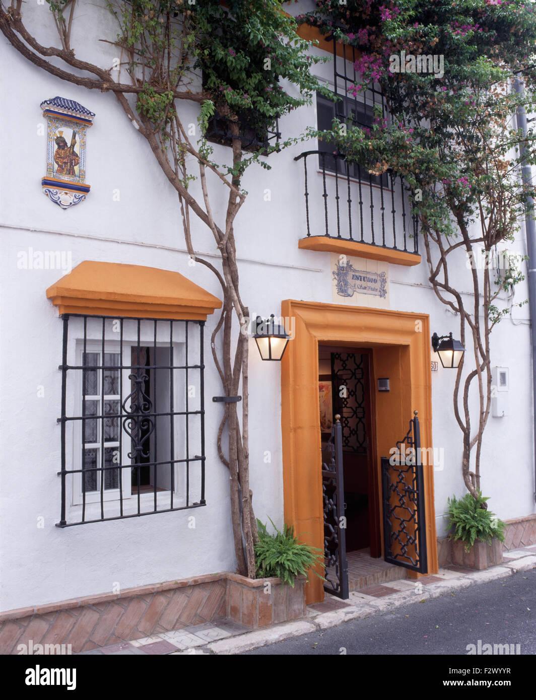 Ext rieur de la villa espagnole avec fer forg les grilles de s curit sur les fen tres et for Les portes de fer forge