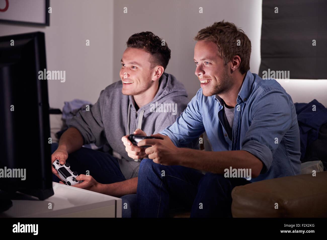 Deux jeunes hommes jouant au Jeu Vidéo Accueil Photo Stock