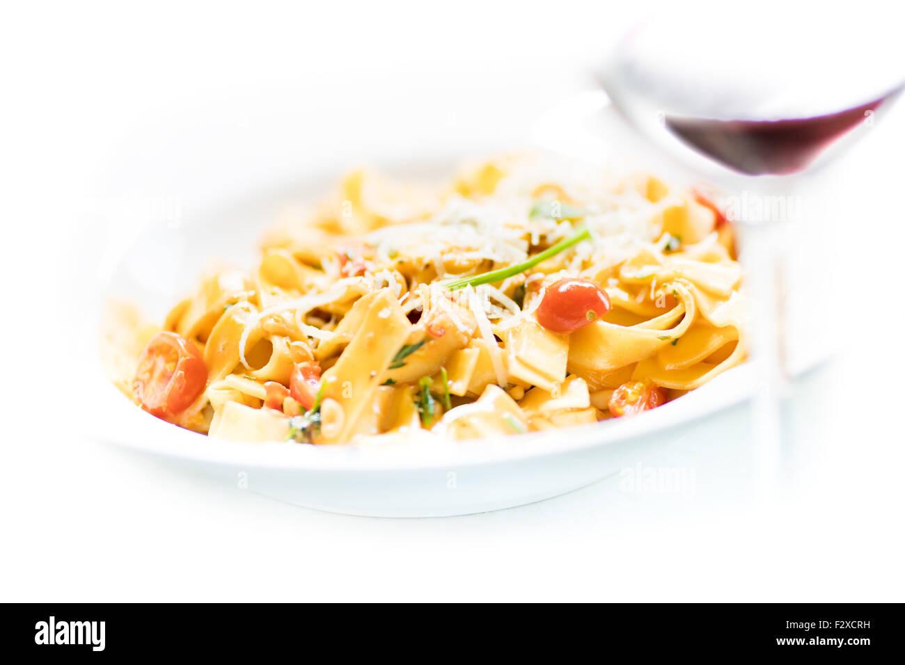 Penne all'arrabbiata, nouilles, pâtes, couper, découper le fond blanc, le vin rouge, tomate, piment Photo Stock