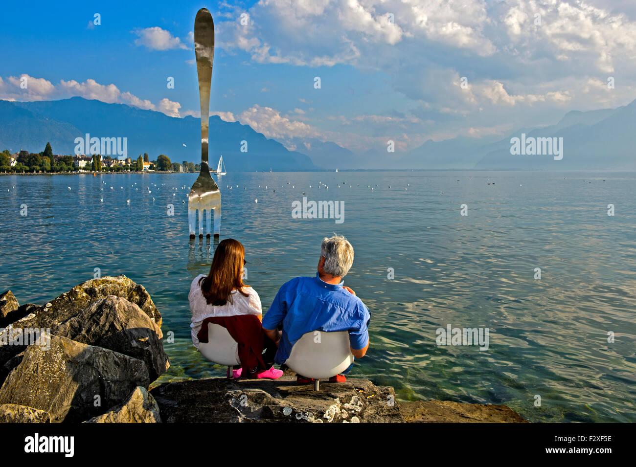 Visiteurs à la sculpture, la fourchette, La Fourchette, par Jean-Pierre Zaugg, dans le lac de Genève, Photo Stock