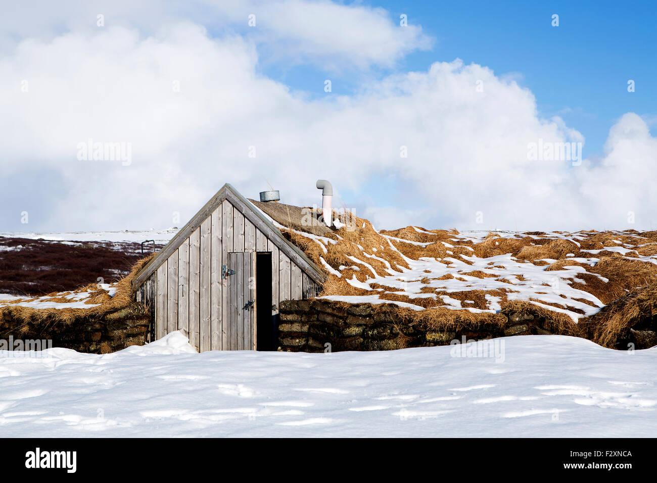 Petite cabane pour elfes en Islande enneigée Photo Stock