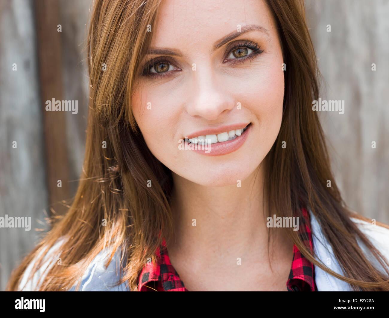 Une belle femme avec les yeux bruns et les cheveux bruns. Photo Stock