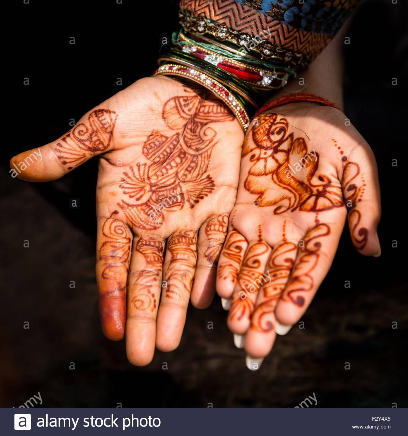 Une Femme Et Un Homme Ses Mains Avec De L Henne Tatouages Mariage A