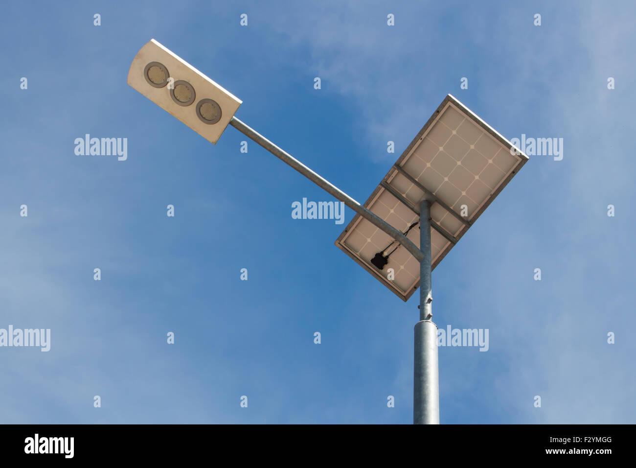 La lumière solaire sur fond de ciel bleu pôle Photo Stock