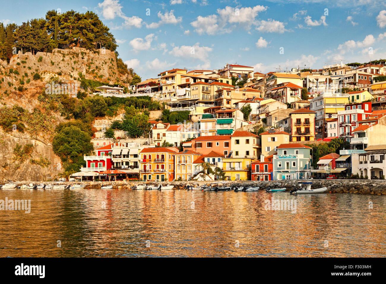 Les maisons colorées de Parga, Grèce Photo Stock