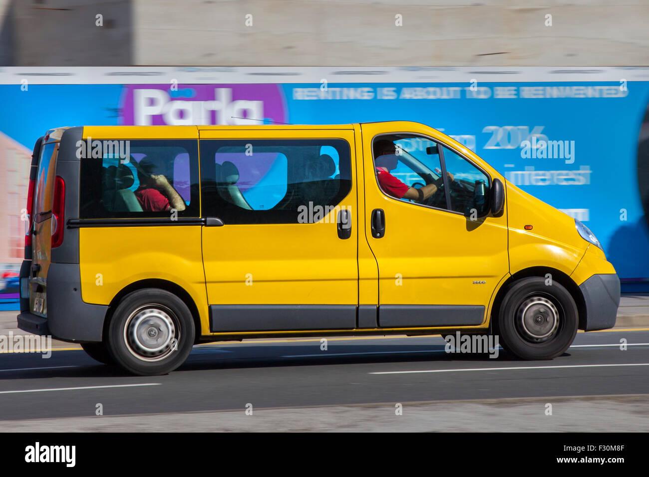 Renault Trafic Passenger Van sur les routes de Liverpool, Merseyside, Royaume-Uni. La circulation routière Photo Stock