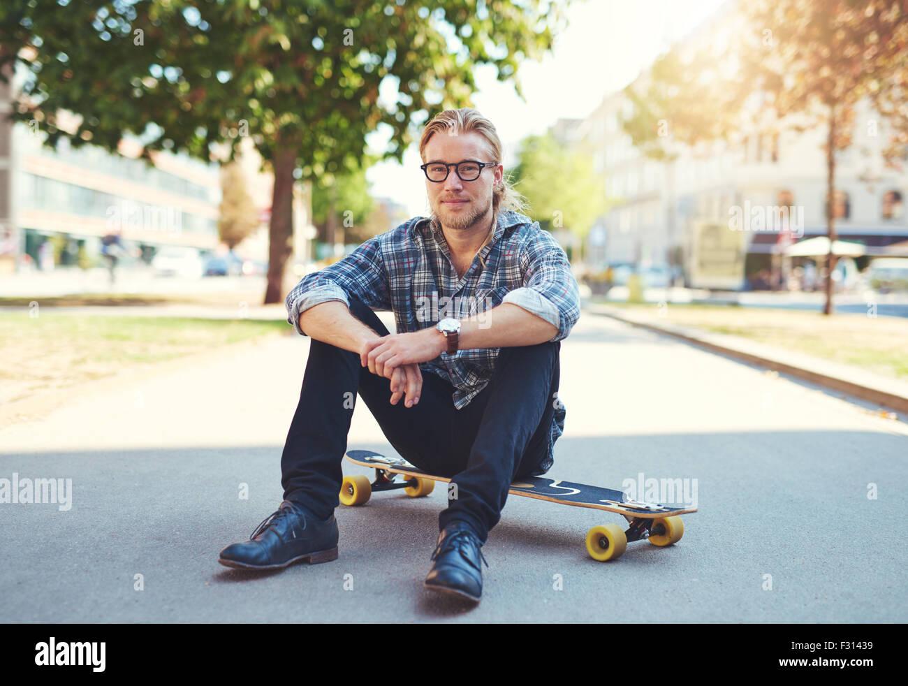 Portrait plein air de jeune homme moderne dans la rue Photo Stock