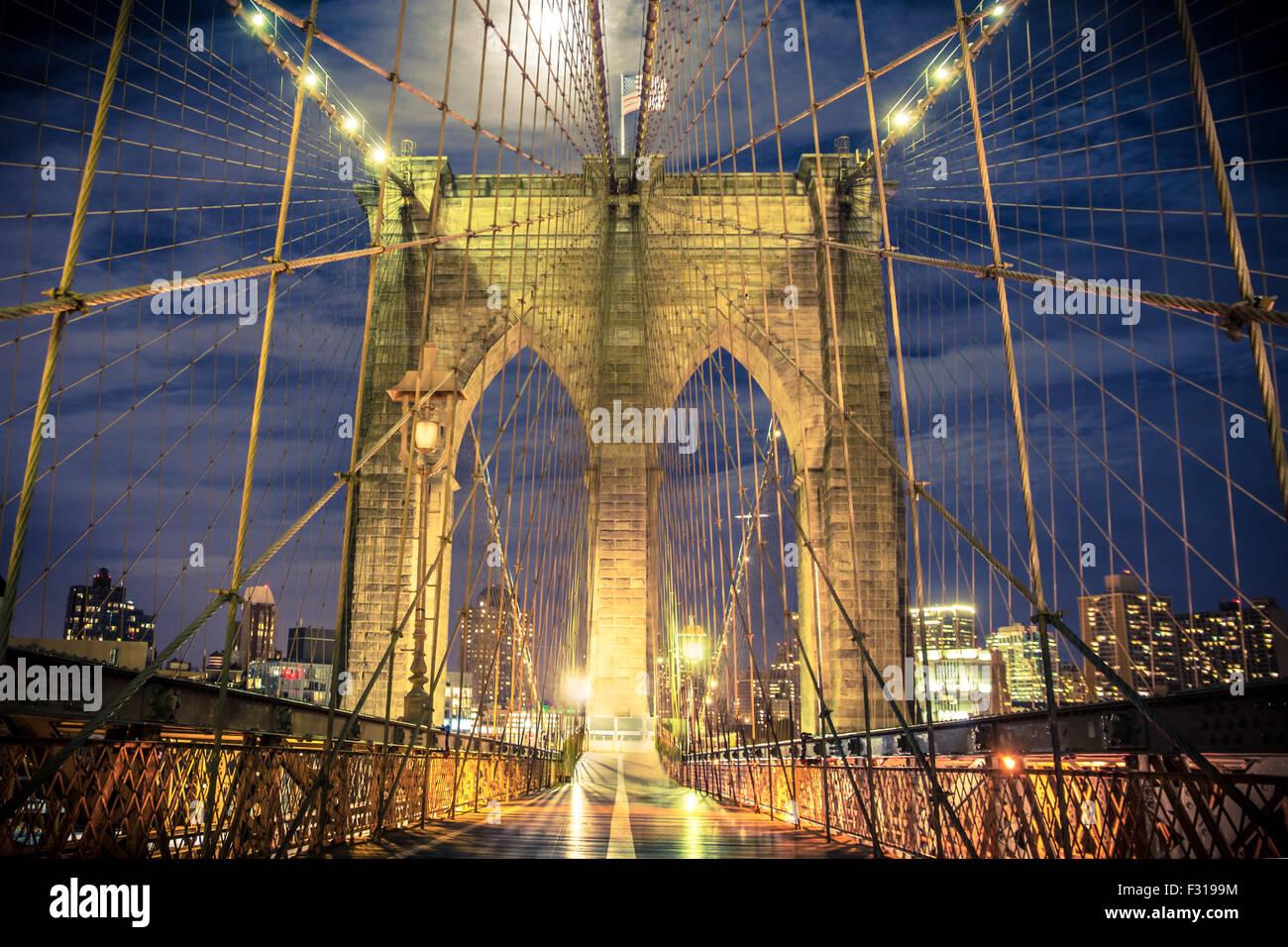Voir l'historique du Pont de Brooklyn de nuit vu de la passerelle piétonne Photo Stock