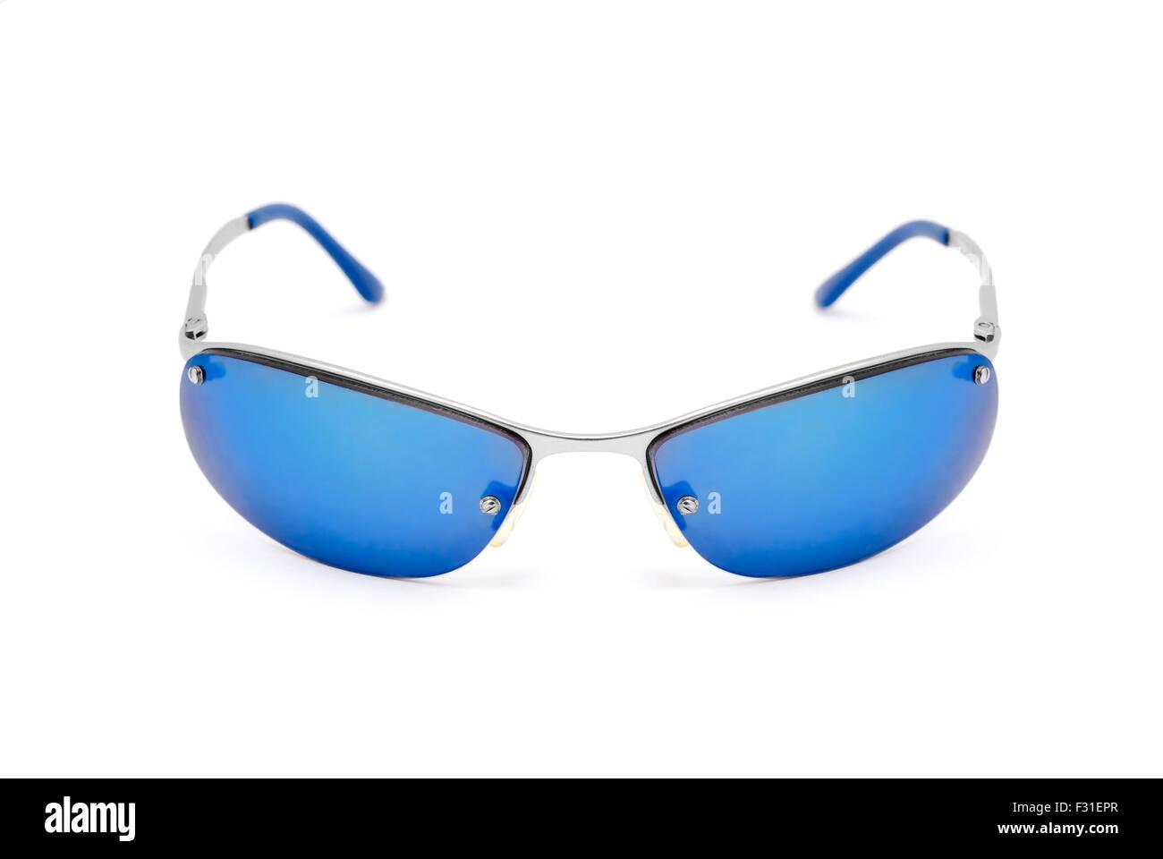 Quantité limitée plus près de haute couture Lunettes de soleil bleu sur fond blanc Banque D'Images ...