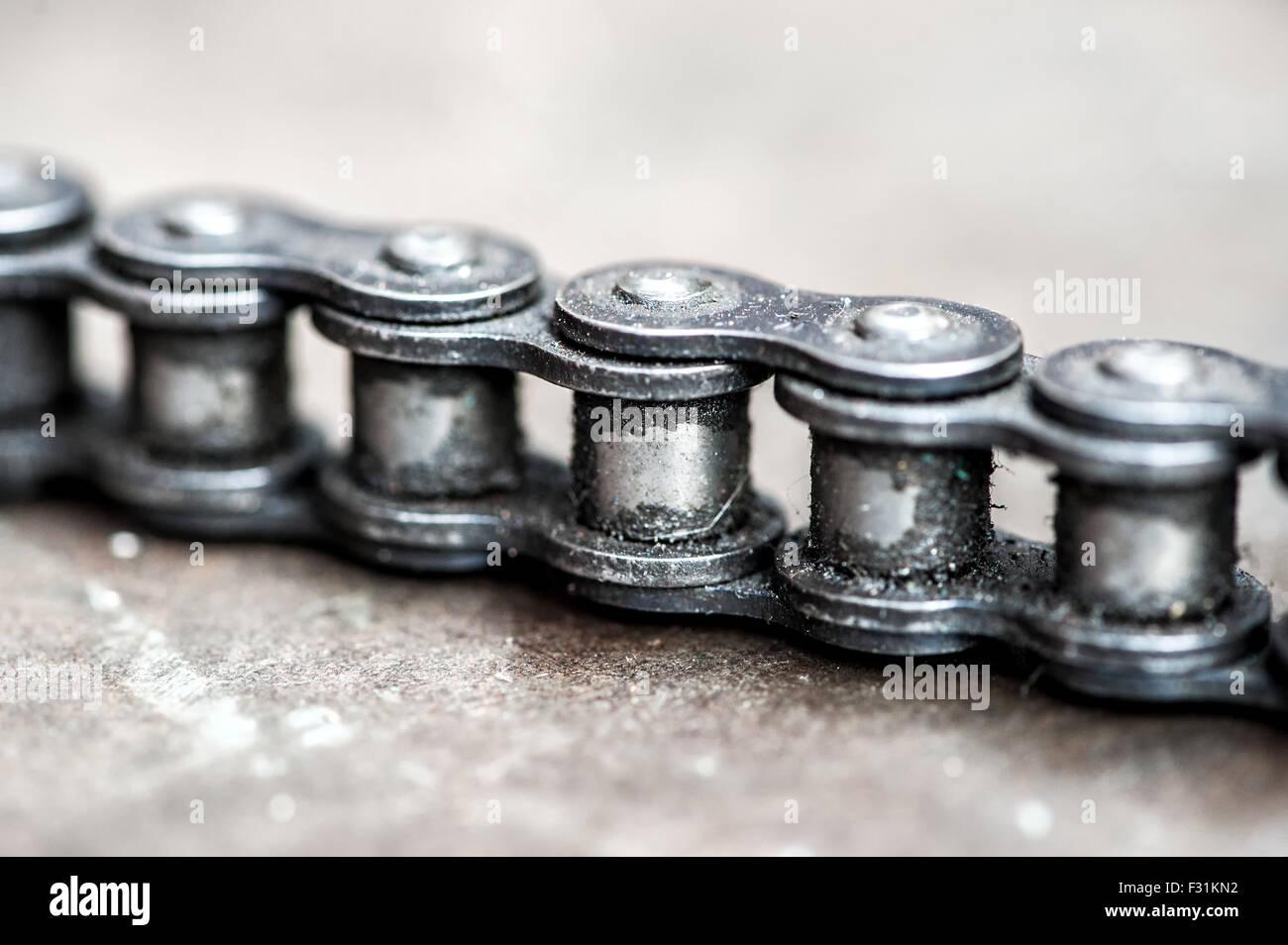 Détail de la chaîne sale minable les liens d'une chaîne industrielle Photo Stock
