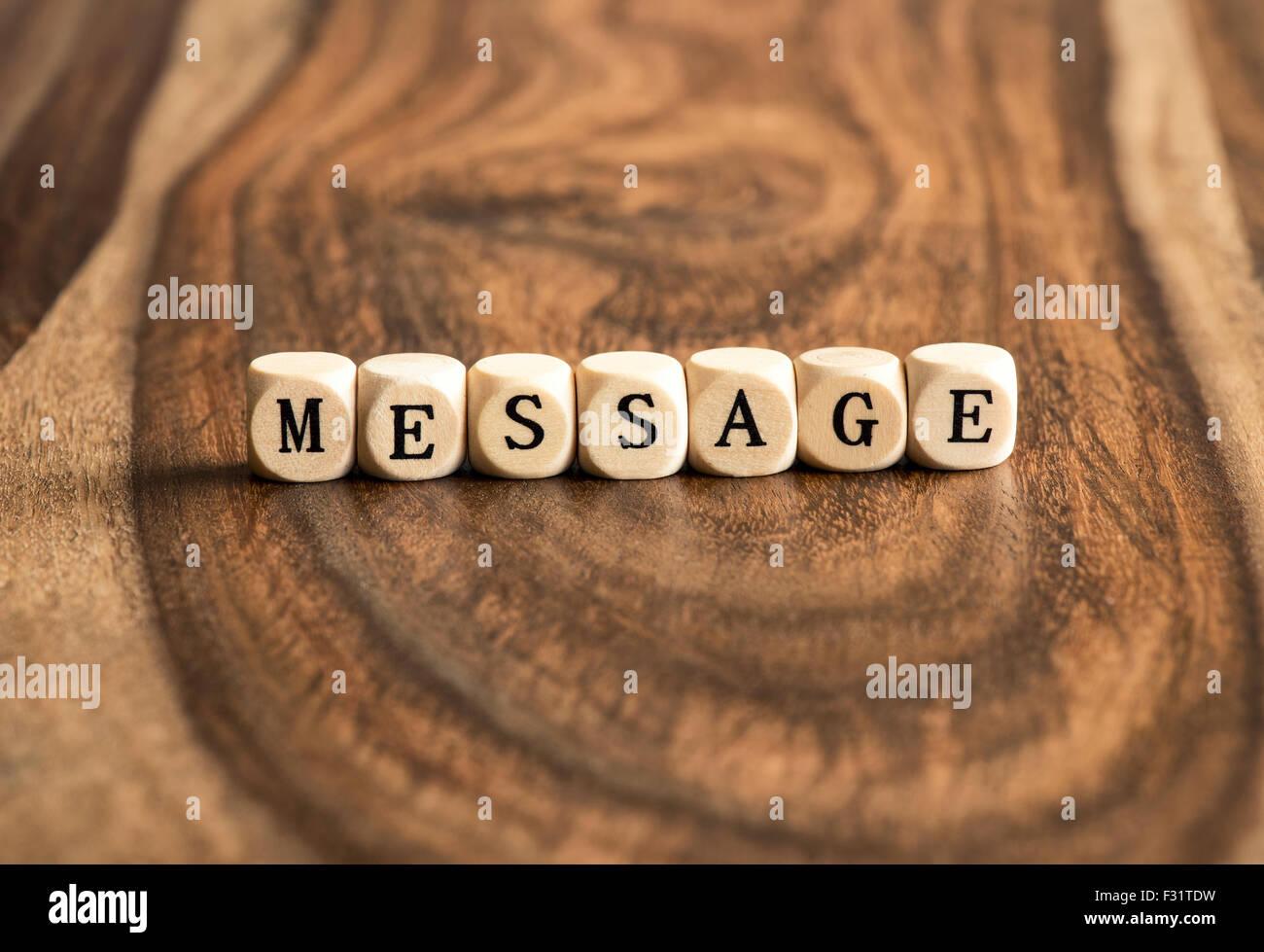 MESSAGE Mot de base sur des cales de bois Photo Stock