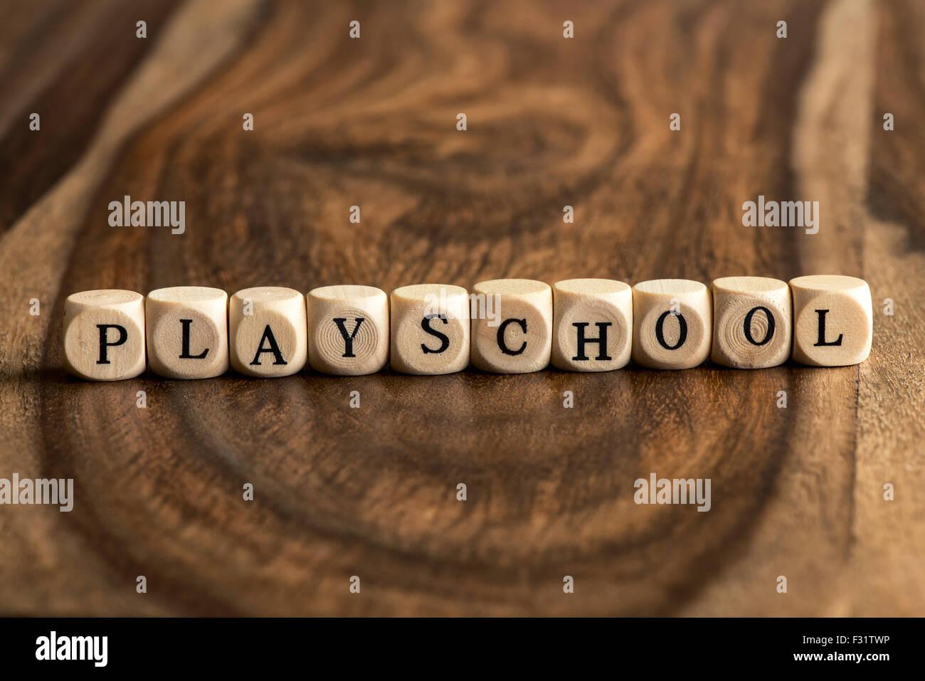 PLAYSCHOOL mot contexte sur des cales en bois Photo Stock