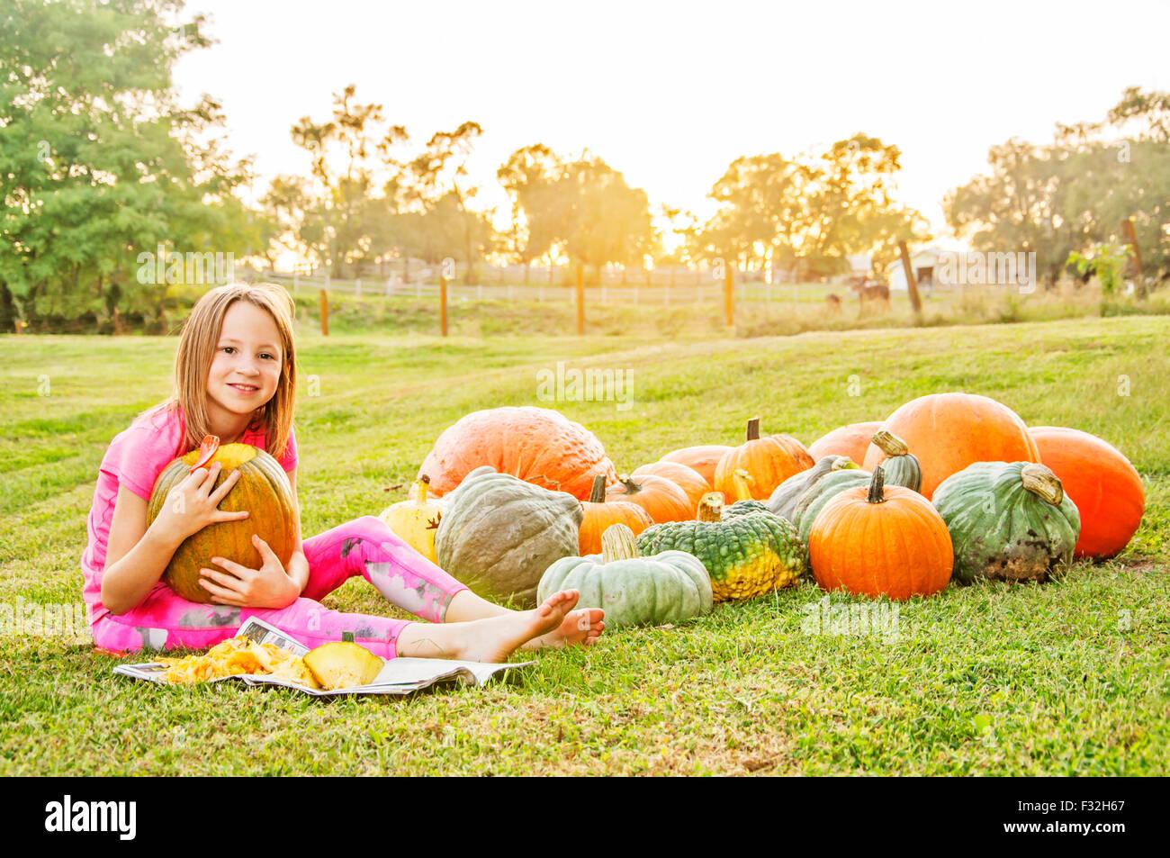 Jeune fille en citrouilles et courges Photo Stock