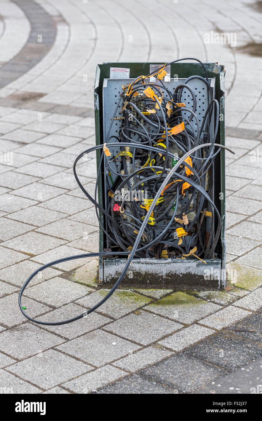 Un boîtier de raccordement de téléphone endommagé dans une rue britannique Banque D'Images