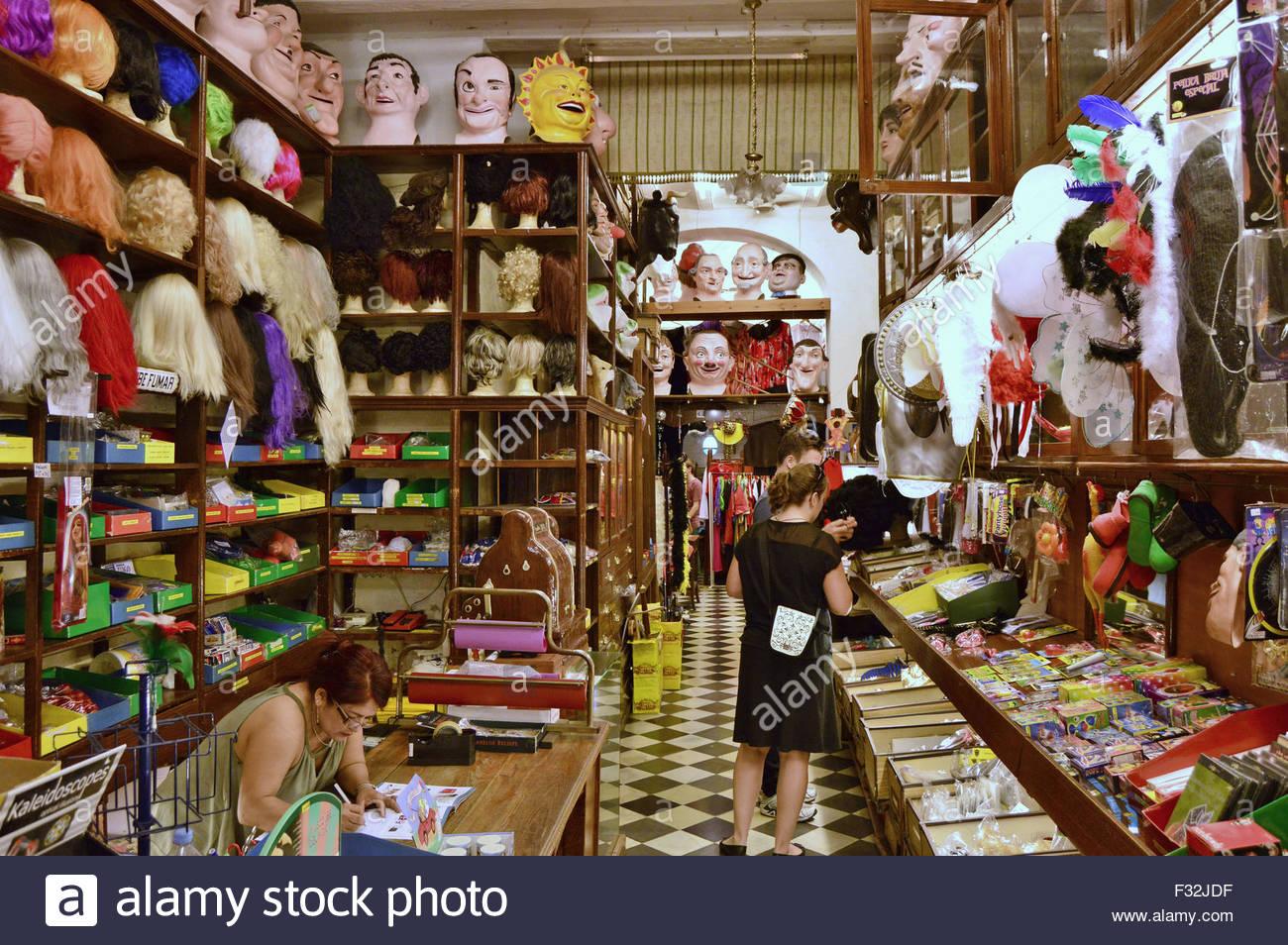 La tête pleine de fantaisie, de masques et perruques partie produits boutique dans la vieille ville de Barcelone Photo Stock