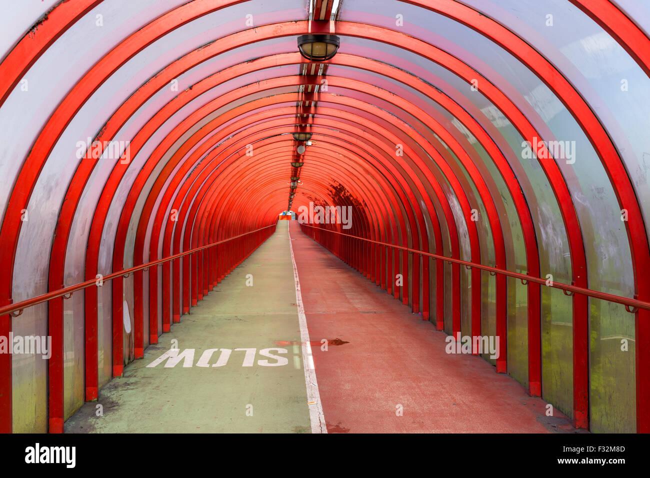 Tunnel rouge couvert menant à la SEC / SECC à Finnieston, Glasgow, Écosse, Royaume-Uni Banque D'Images