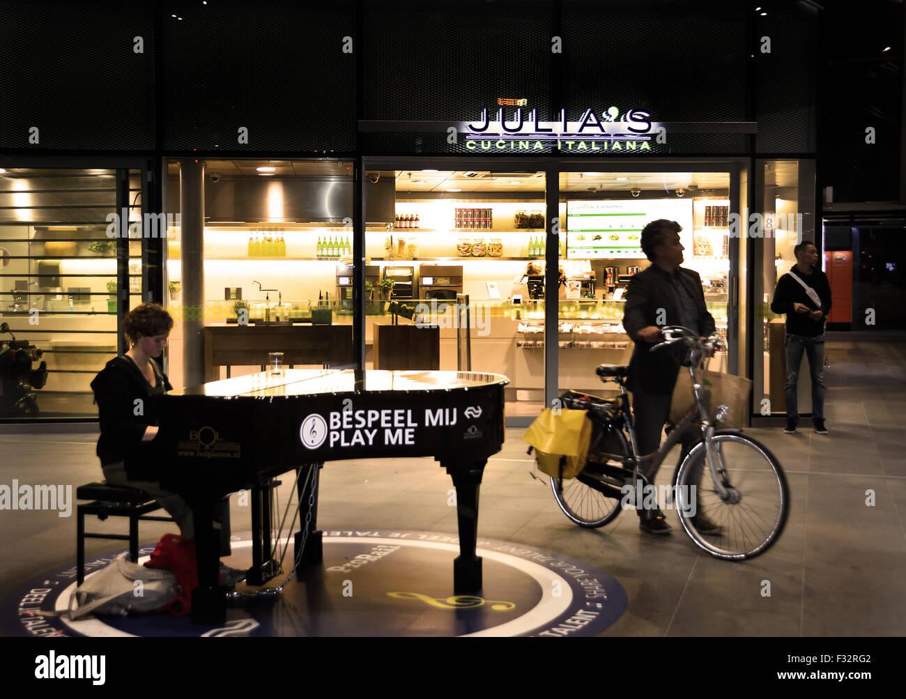 Moi bespeel ( jouer du piano sur moi ) Centraal Station La Haye Pays-Bas Dutch frree Music ( dans le grand hall Photo Stock