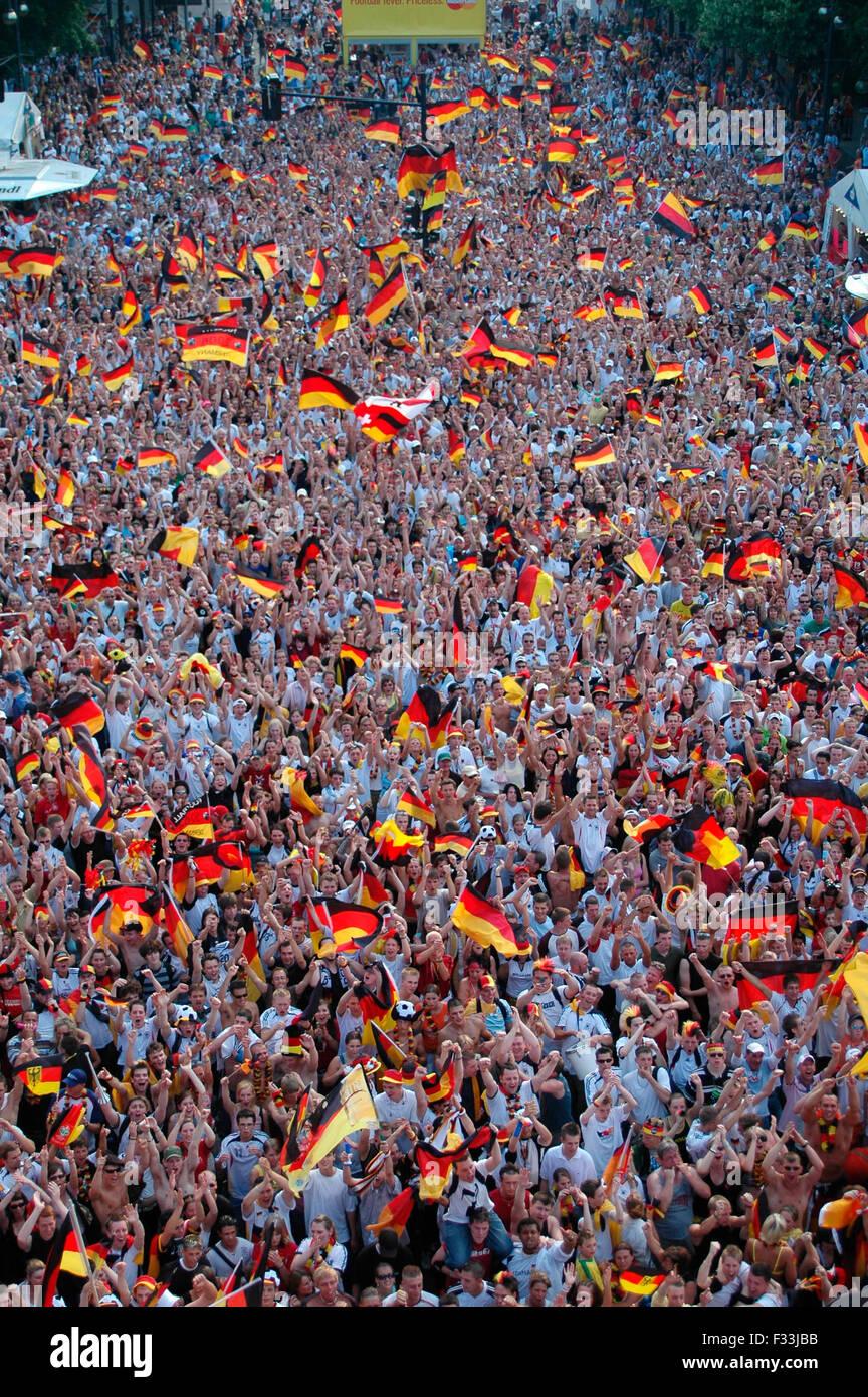 Deutsche Fans jubeln nach dem Fussballweltmeisterschaft 2006 Achtelfinale bei der zwischen Deutschland und Schweden, Photo Stock