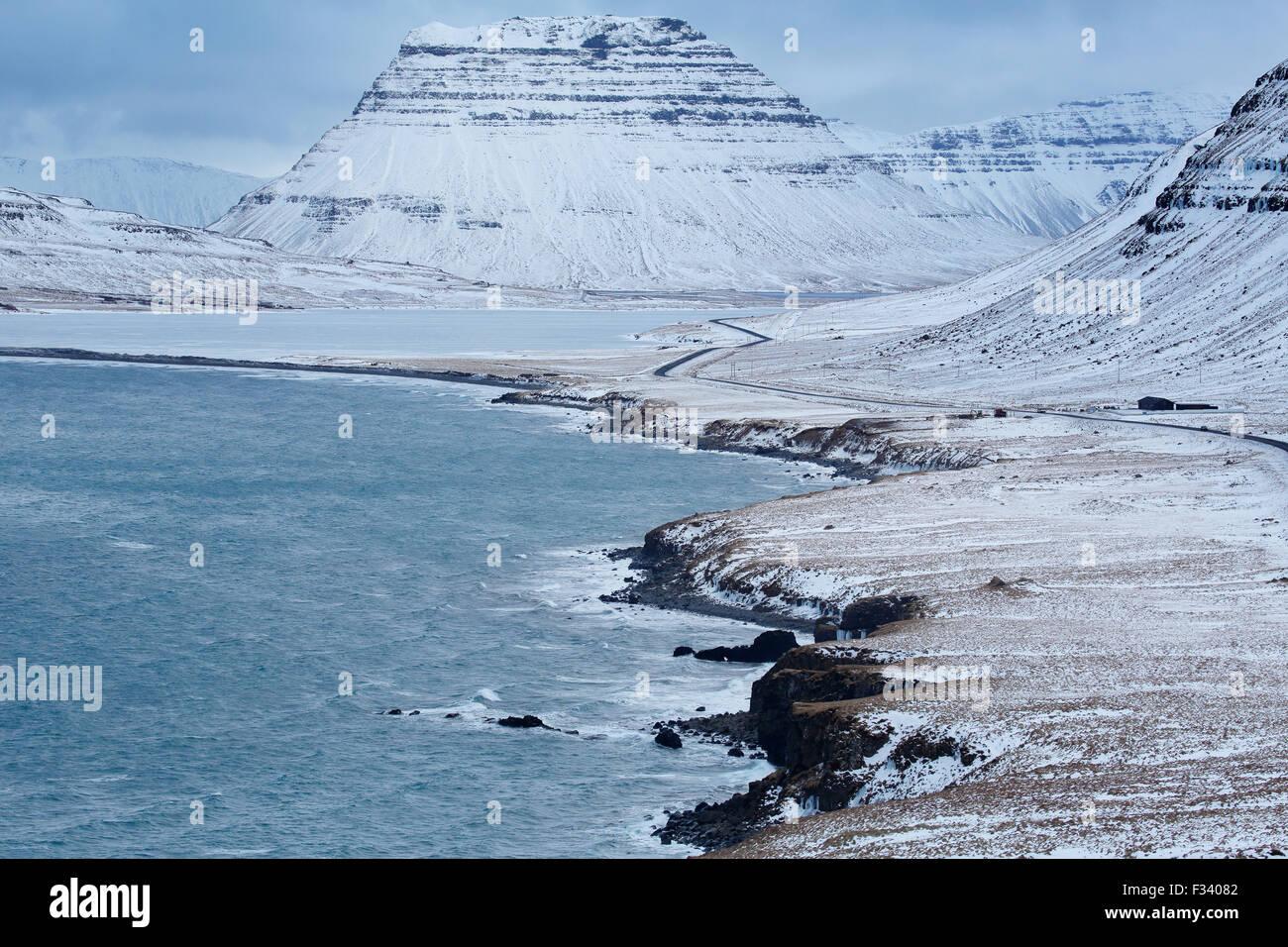 Kirkjufell & Larvadalll enneigé, Péninsule de Snaefellsness, Islande Photo Stock