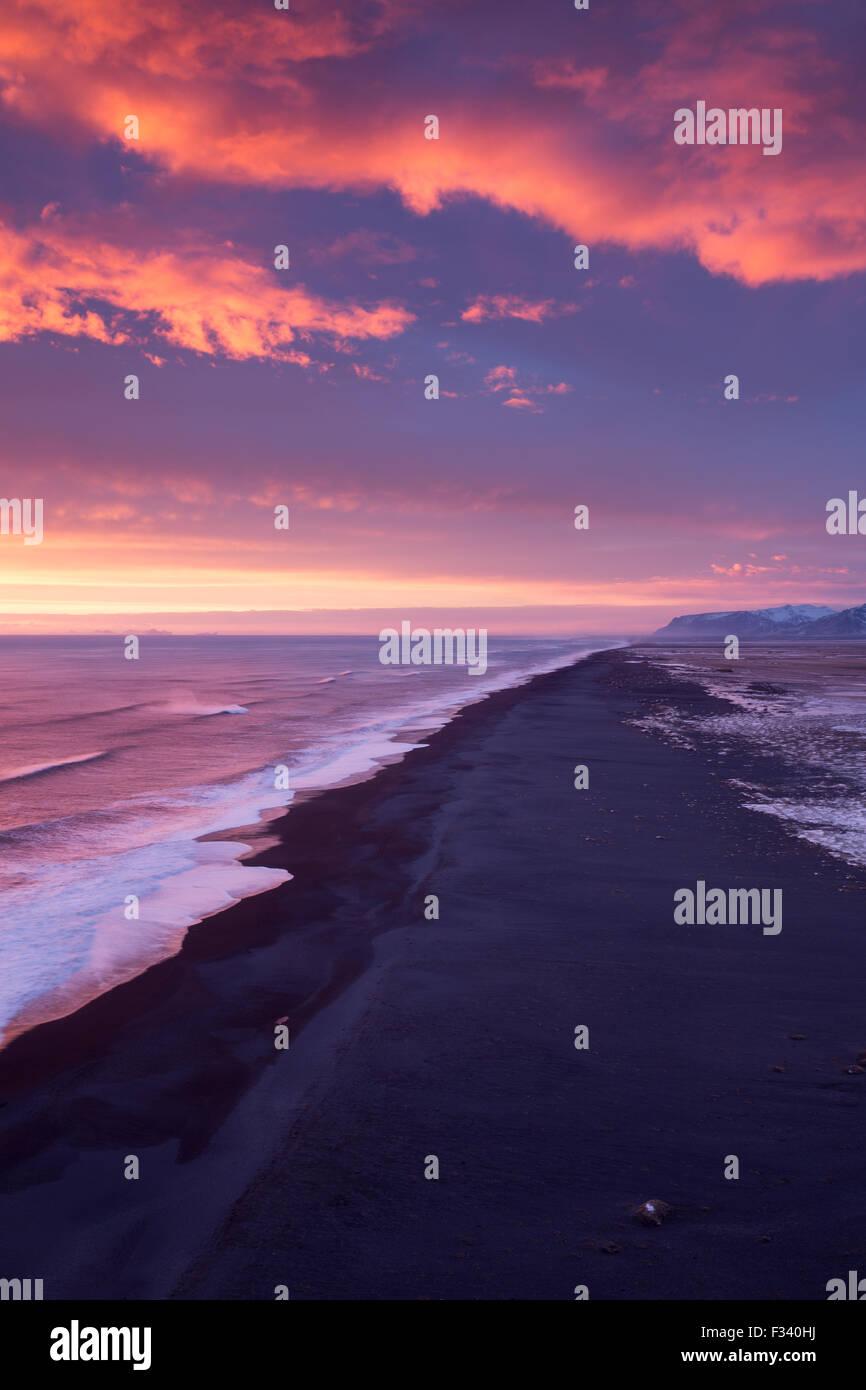 La plage à l'ouest de Dyrhólaey au crépuscule, l'Islande Photo Stock