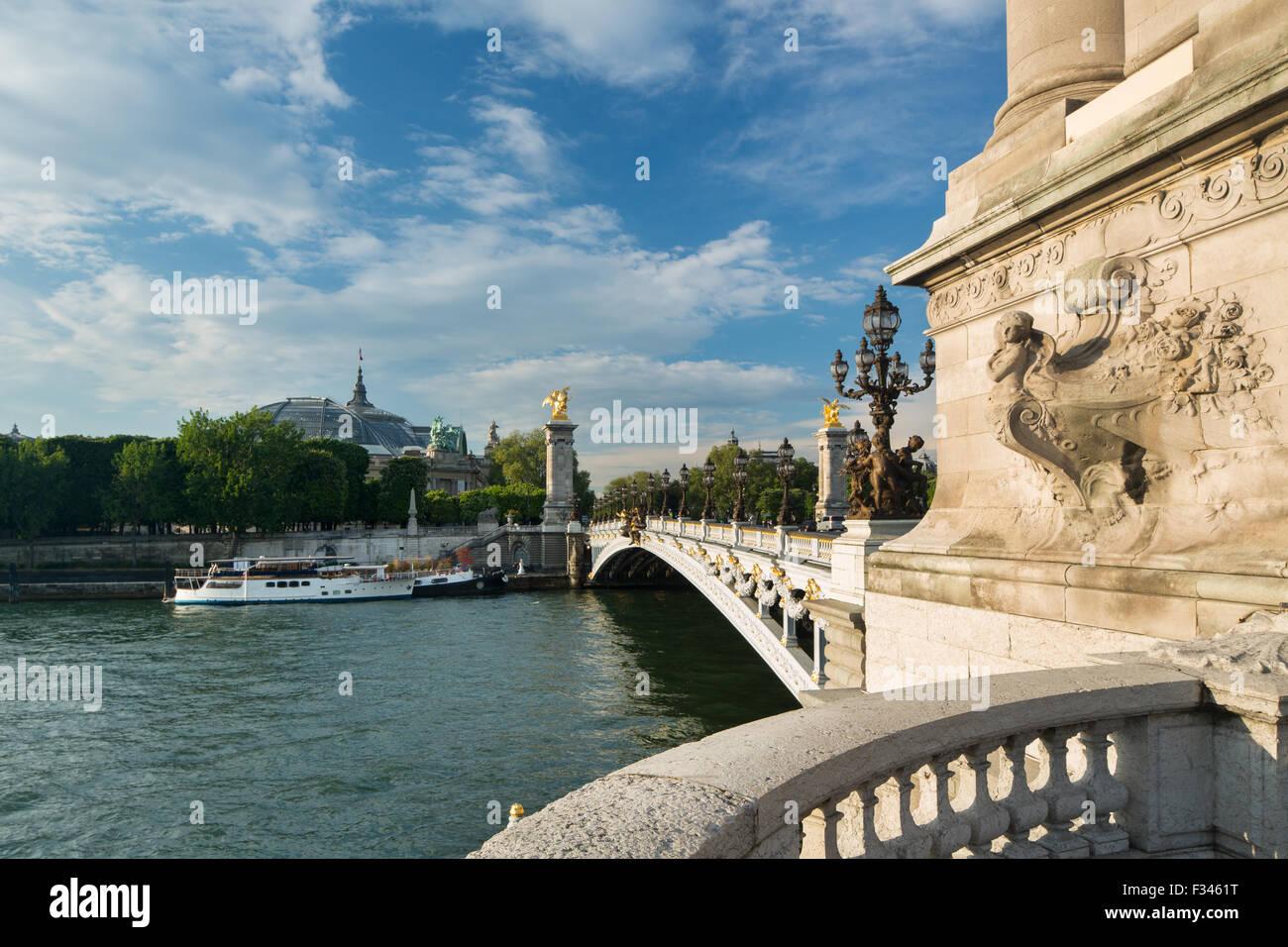 Le Pont Alexandre III, à la recherche vers le Grand Palais sur la Seine, Paris, France Photo Stock