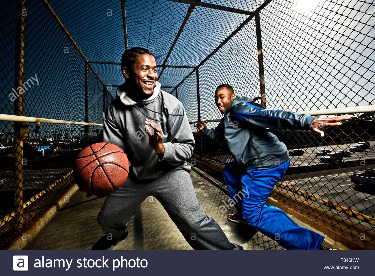 Deux amis jouer avec un terrain de basket-ball Photo Stock