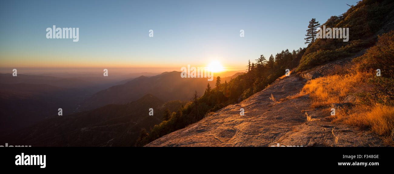 Coucher de soleil sur la Sierra Nevada de Hanging Rock, Sequoia National Park, California, USA Photo Stock