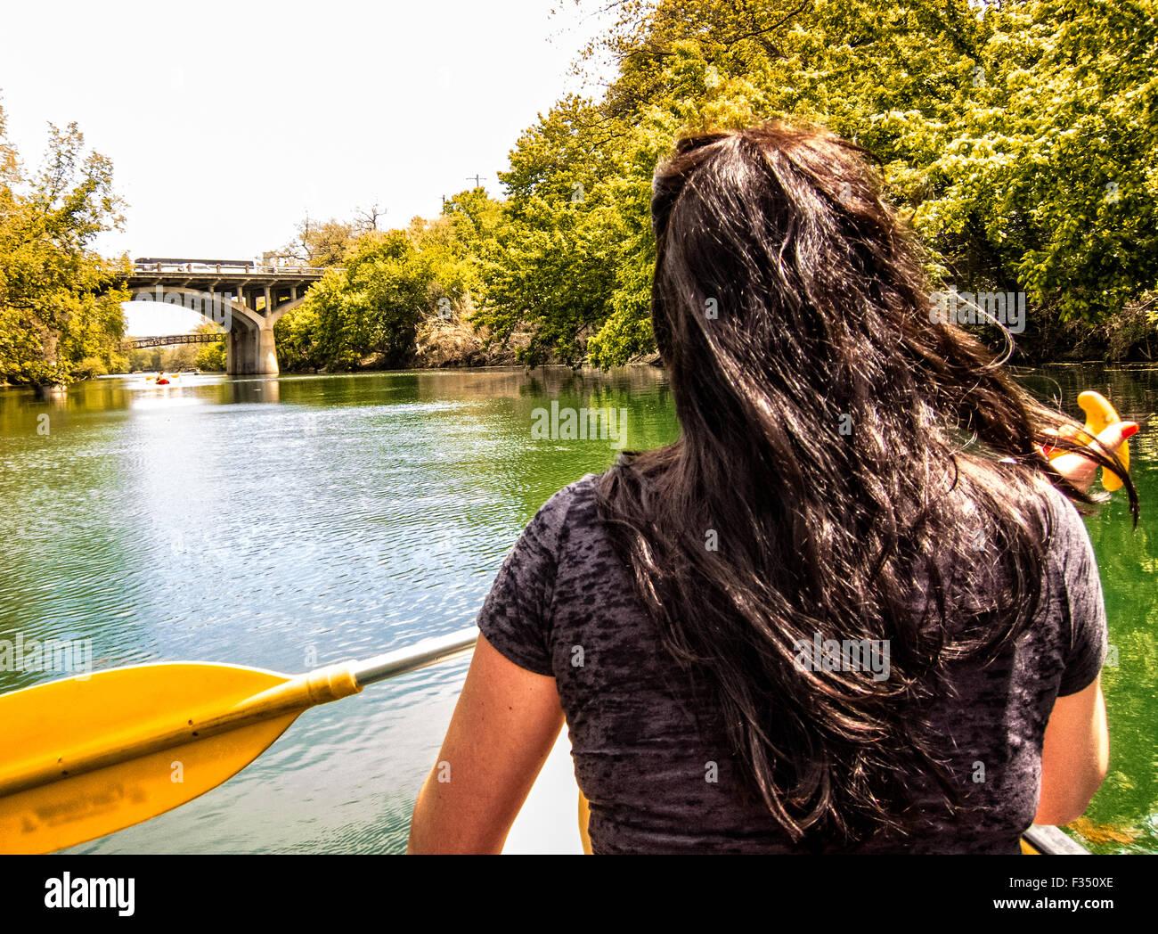 Jeune femme canoë sur Barton Creek, Austin, Texas Photo Stock