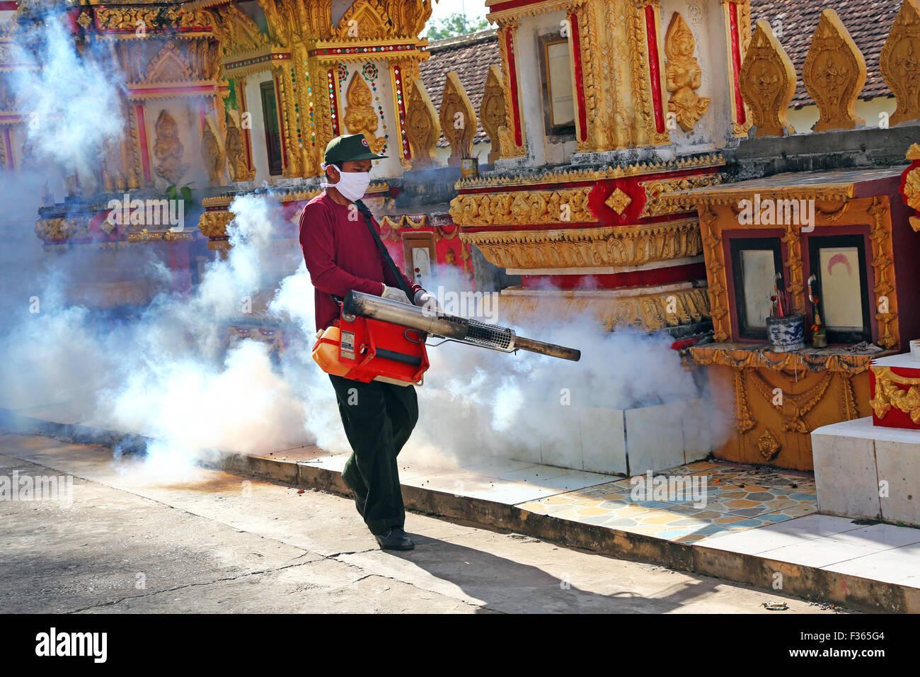 Nettoyage du temple d'insectes avec de la fumée près de Wat That Luang Temple, Vientiane, Laos Photo Stock