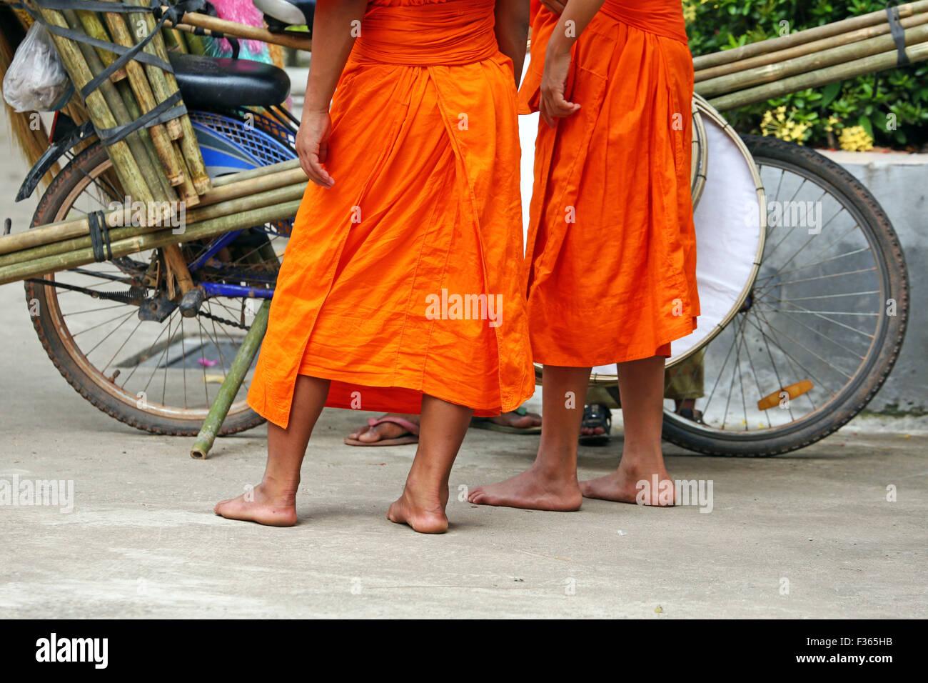 Les moines bouddhistes l'achat de brosses, Vientiane, Laos Photo Stock