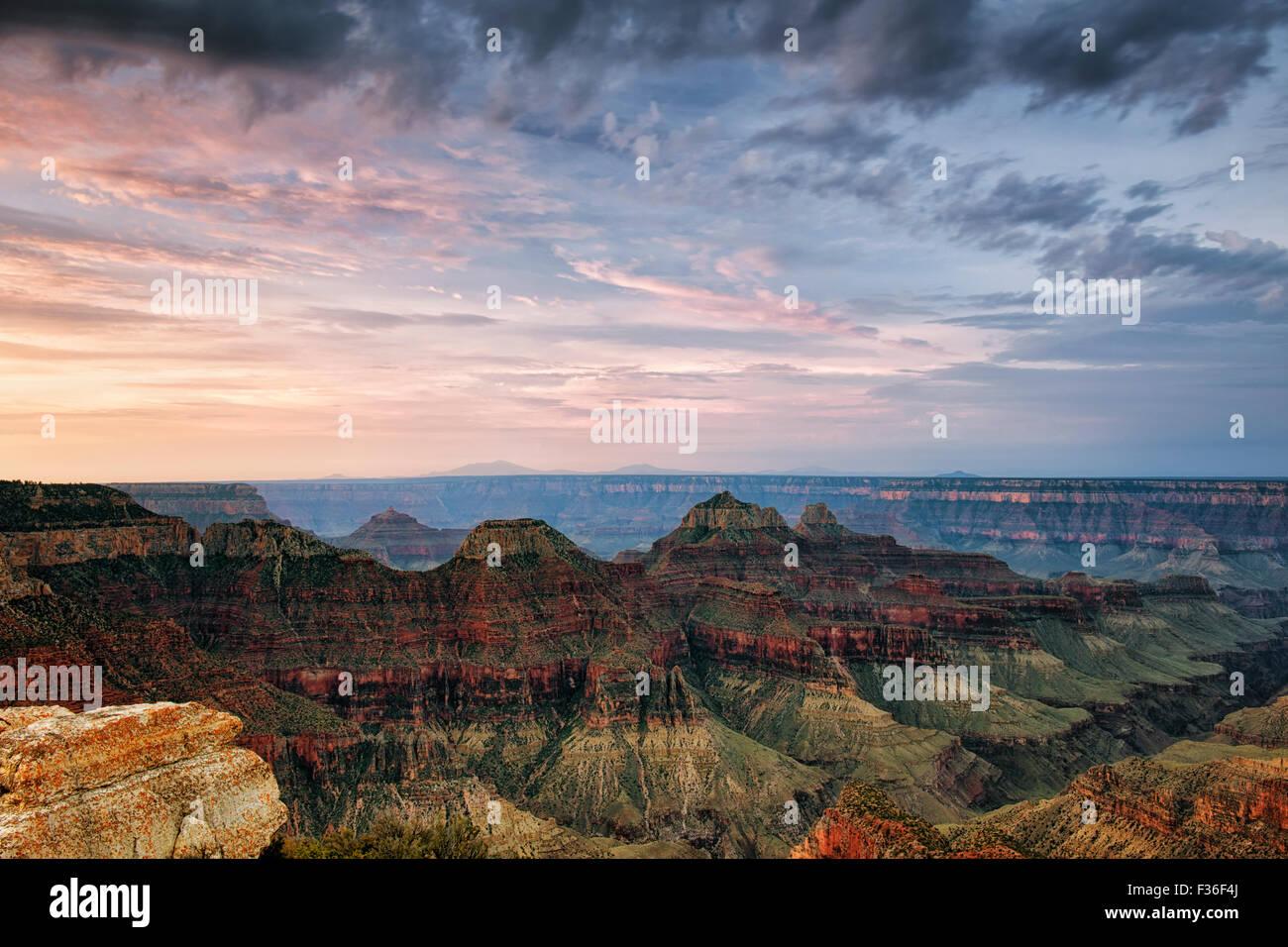 Lever de soleil sur l'été les trois temples et le bord nord de l'Arizona's Grand Canyon National Photo Stock