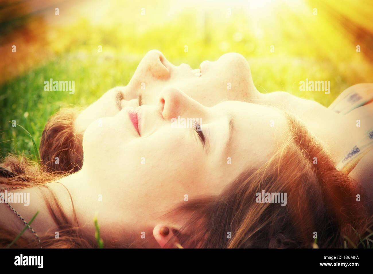 Jeune couple dans la chaleur du soleil Photo Stock