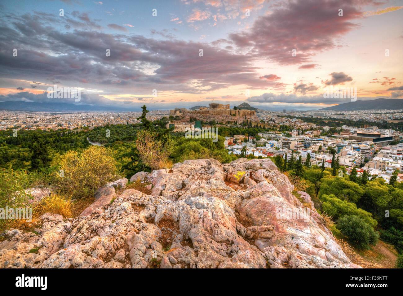 Vue de l'acropole de matin colline Filopappou dans le centre d'Athènes. Image HDR. Photo Stock