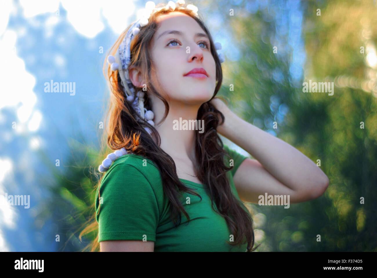 Belle jeune fille aux yeux bleus regardant le ciel Photo Stock