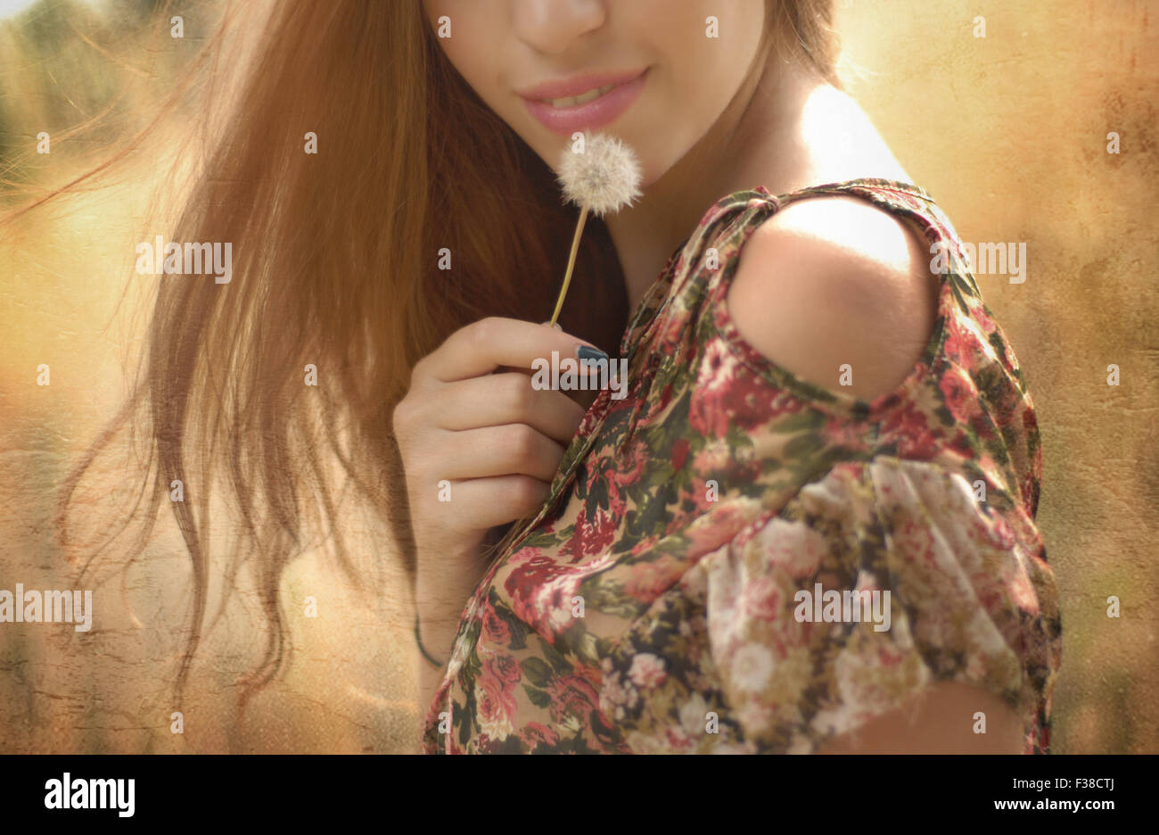 La moitié de visage d'une femme aux cheveux blonds pissenlit lèvres rose Photo Stock