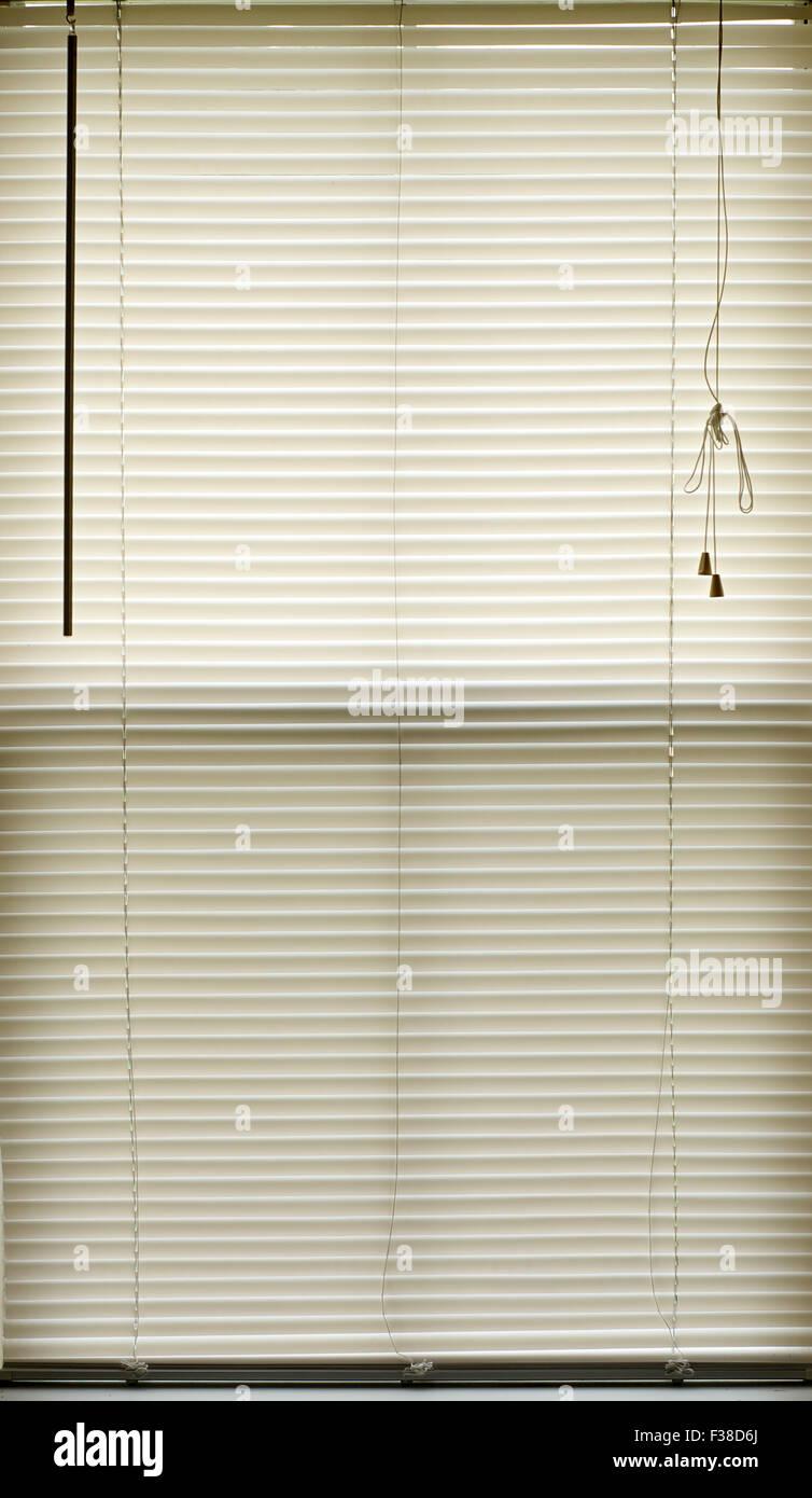 Les stores fermés remplir l'image avec la tige de réglage et des cordes. Photo Stock
