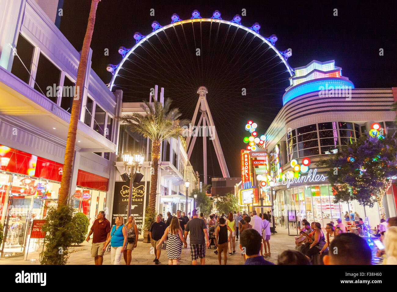 Une vue nocturne de la Grande Roue High Roller à Las Vegas, Nevada. Photo Stock