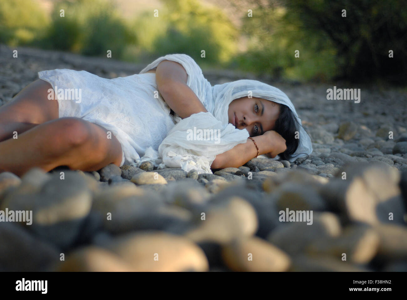 Fille exotique Arabian ressemblent à des yeux verts fixant sur le plancher Photo Stock