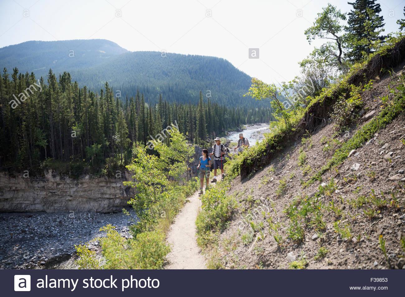 Les randonneurs à pied le long du sentier de la crête escarpée de la rivière ci-dessus Photo Stock