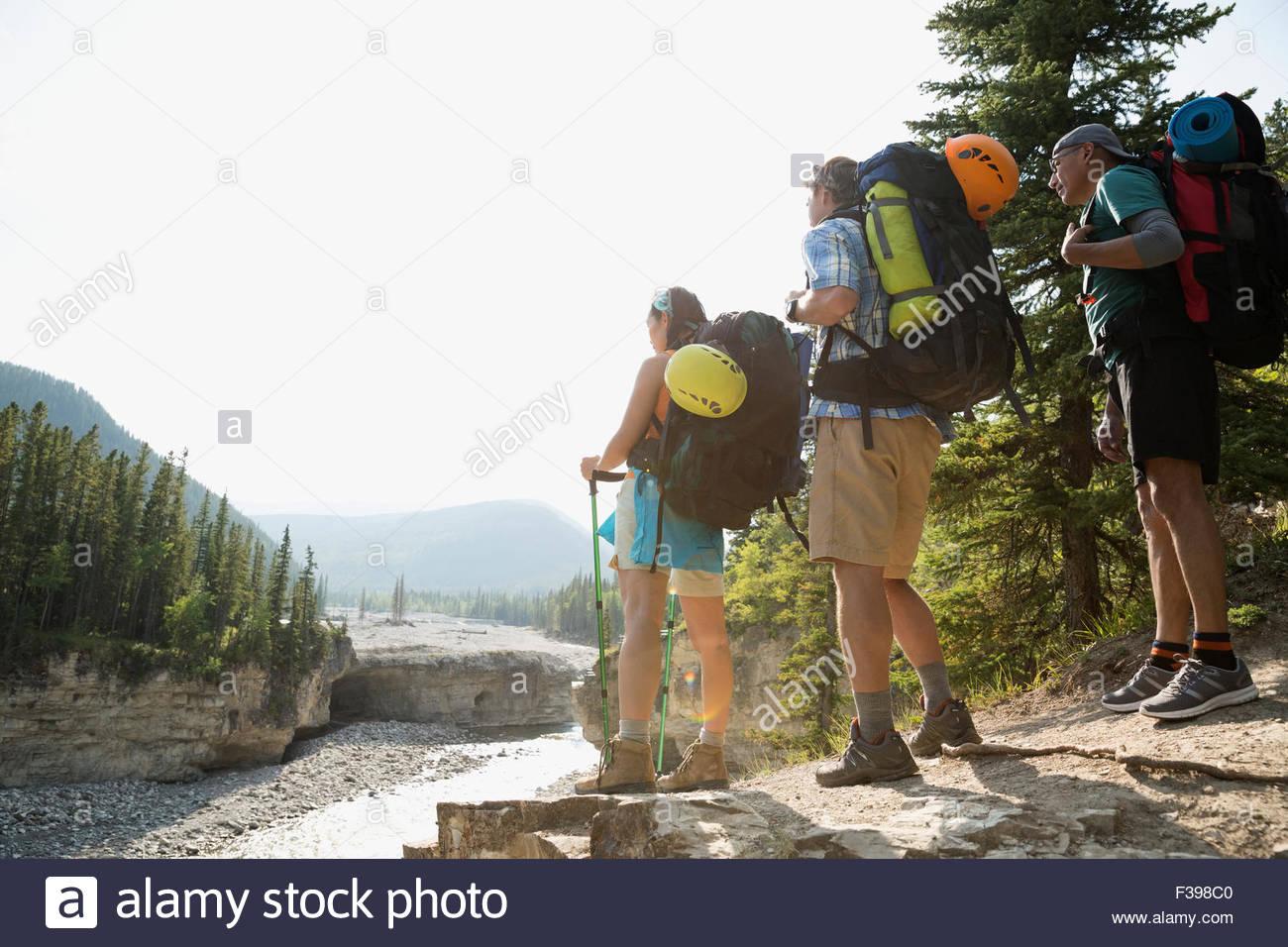 Les randonneurs avec des sacs à dos à la recherche à vue sur la rivière Photo Stock