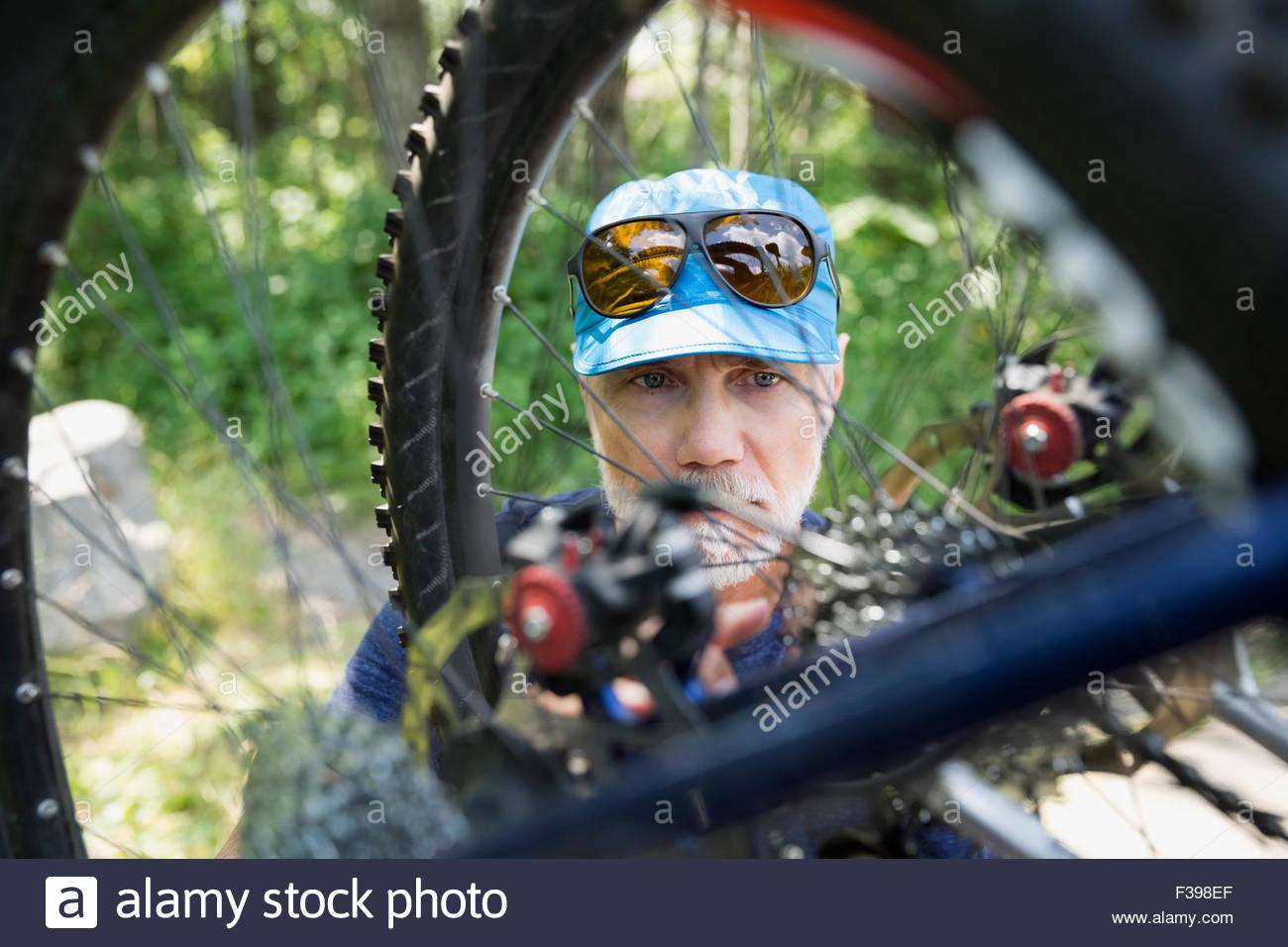 Close up man sur roue de vélo de montagne Photo Stock