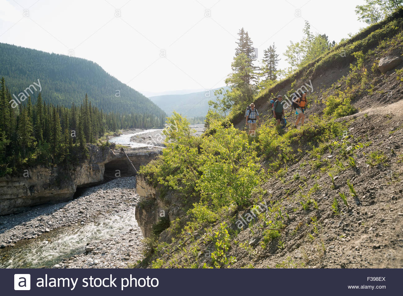 Les amis de la randonnée le long de la rivière au-dessus de la crête escarpée Photo Stock