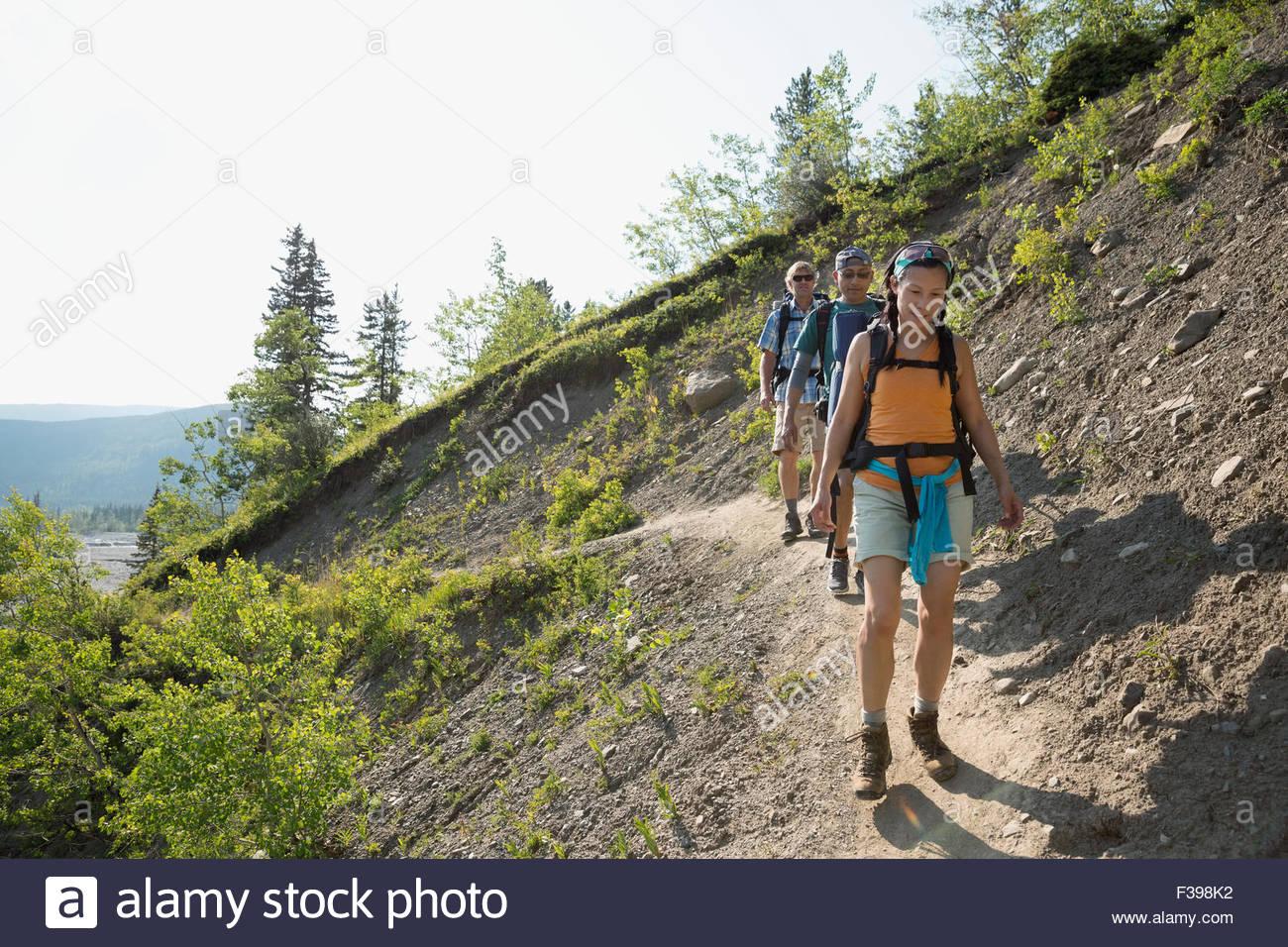 Les amis de la randonnée sur le sentier de la crête escarpée Photo Stock