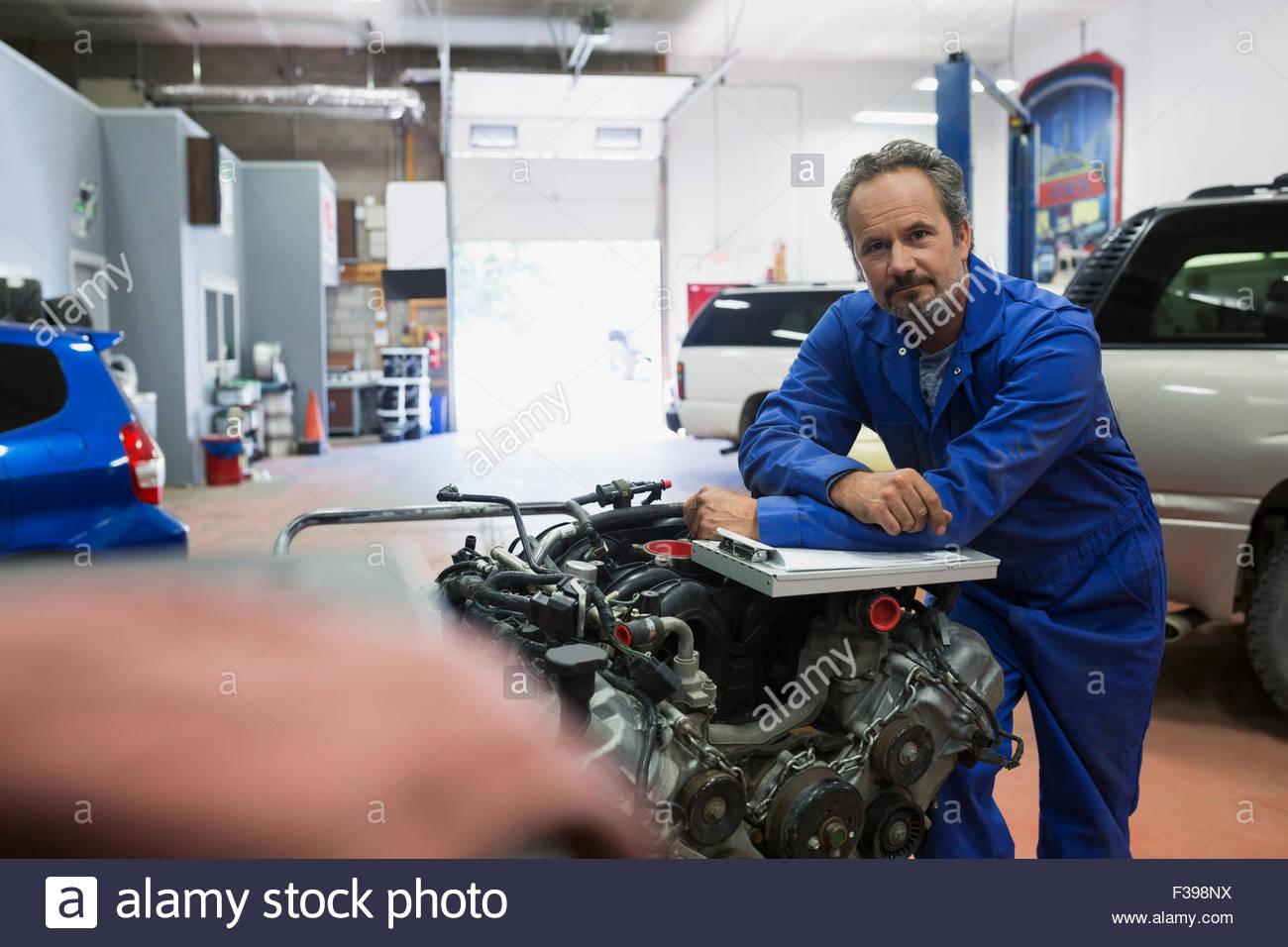 Mécanicien moteur Portrait confiant à l'atelier de réparation automobile Photo Stock