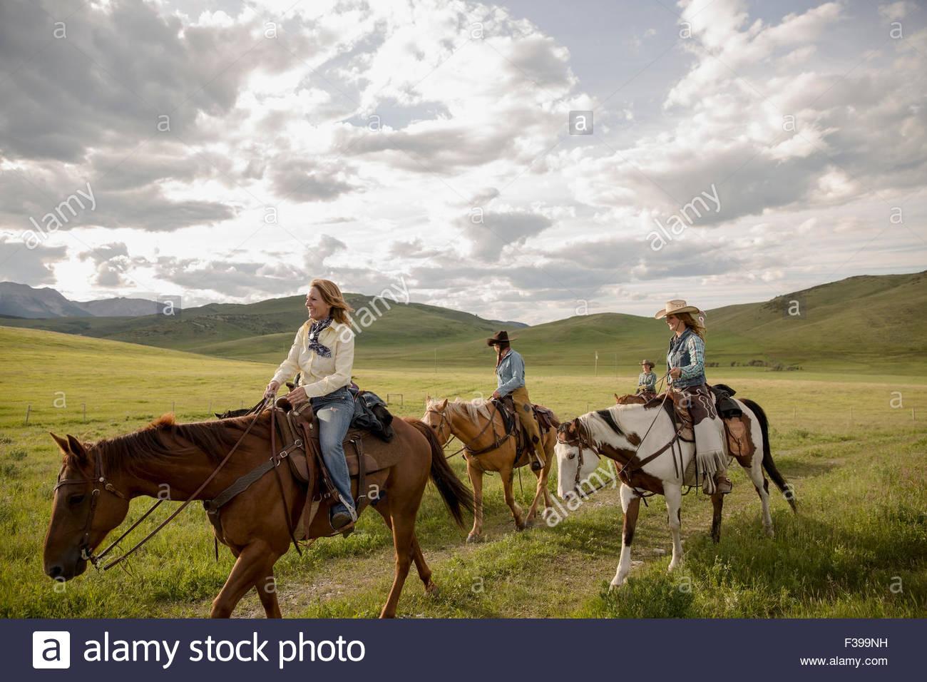 Les éleveurs l'équitation dans des domaine Photo Stock