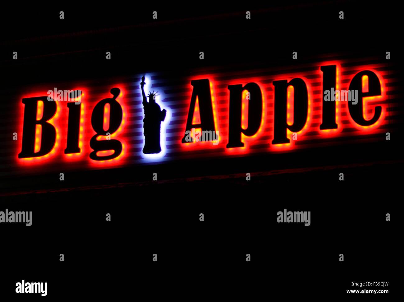 'Big Apple' - Leuchtreklame en forme der New Yorker Freiheitsstatue, Berlin. Photo Stock