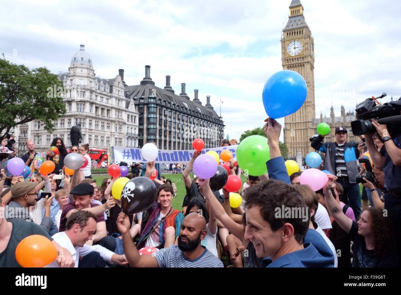 """Les manifestants se rassemblent dans la place du Parlement pour une masse l'inhalation de protoxyde d'azote contre le nouveau projet de loi de """"possession d'une substance psychoactive dans l'intention de l'offre comprend: Atmosphère Où: London, Royaume-Uni Quand: 01 août 2015 Banque D'Images"""