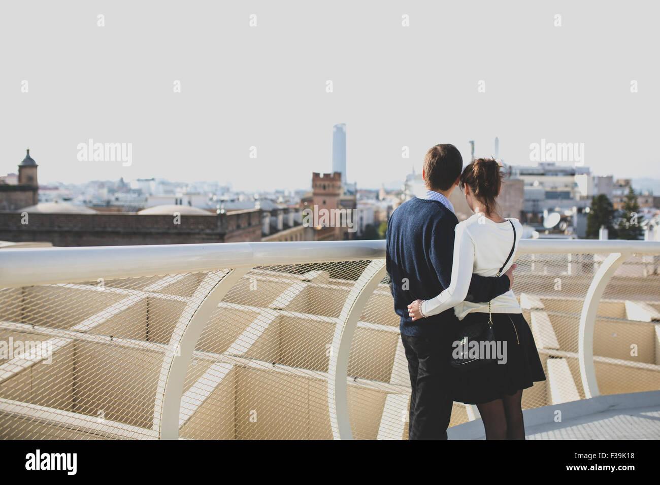 Portrait d'un jeune couple à la recherche d'une vue sur la ville, à Séville, Andalousie, Photo Stock