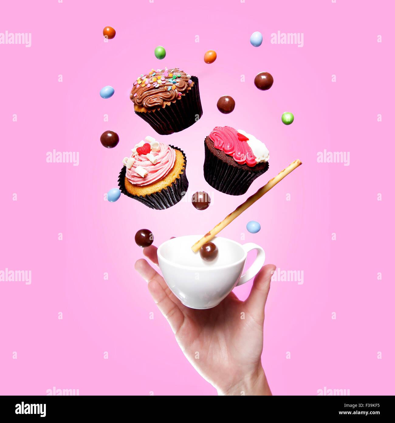 Flying Cupcakes, verre, des bonbons et une part Photo Stock