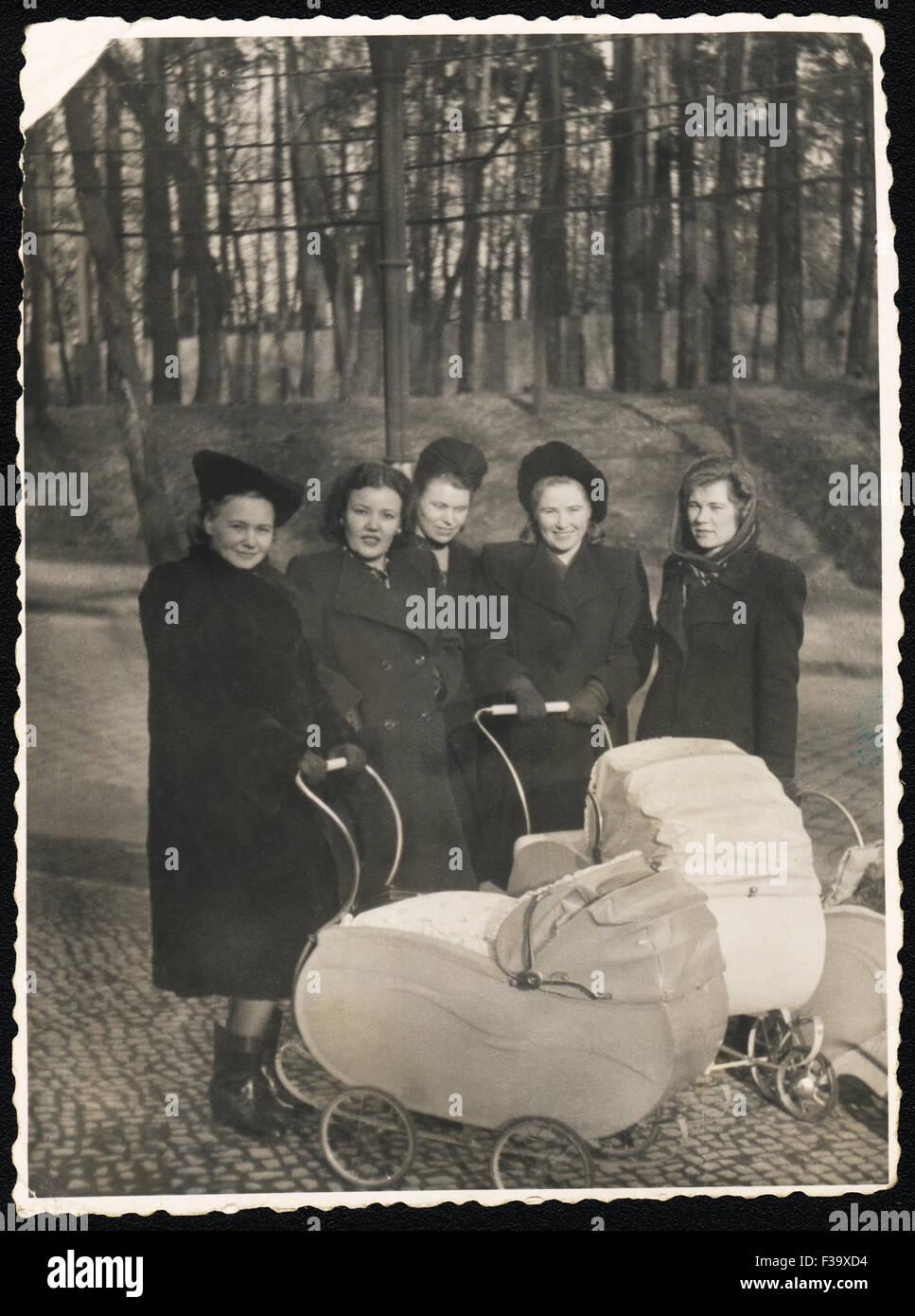 Les jeunes femmes russes avec les voitures d'intervenir à l'automne parc. Photo rétro 1948 Allemagne Photo Stock